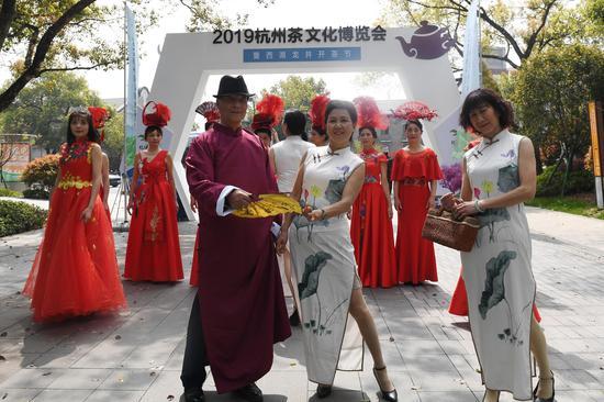 圖為:多位市民身著旗袍等服裝走秀。  王剛 攝