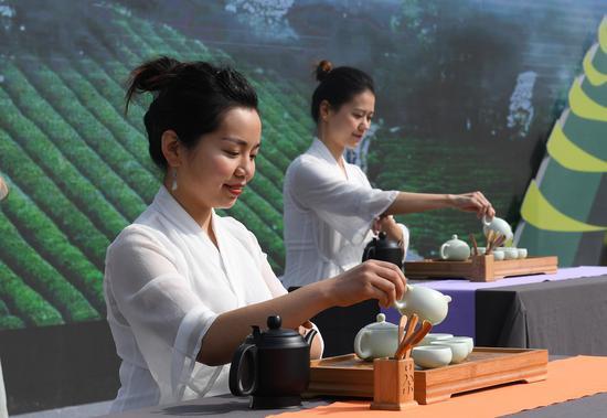圖為:兩位茶藝師在進行茶藝表演。  王剛 攝