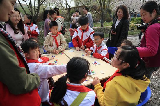 櫻花節趣味活動——軟陶制作。  由校方供圖