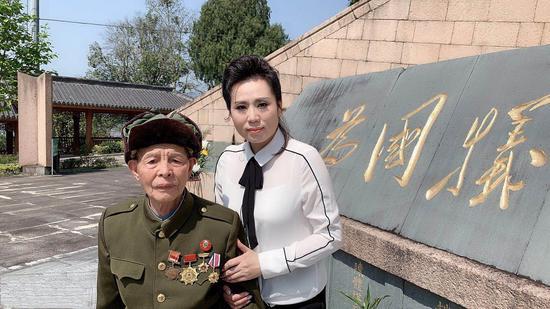 老红军战士胡克梭在陈芬芳的搀扶下,瞻仰革命烈士纪念碑。  文成宣传部供图