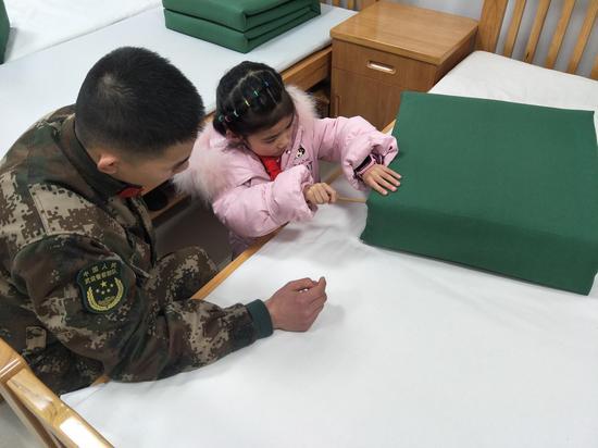 蕺山中心小學迪蕩校區一(10)班的學生學習整理內務。  有活動方供圖