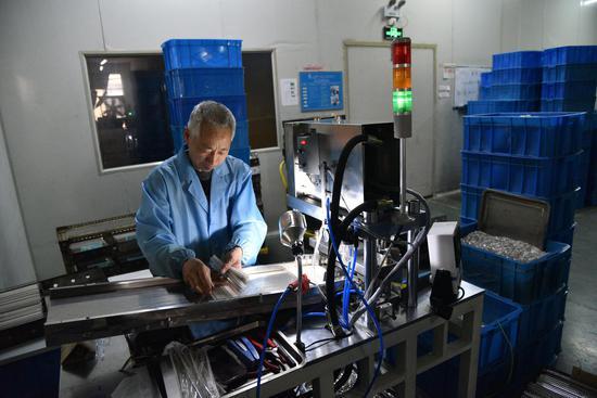 圖為:一位工人正在彩燈生產車間工作   范宇斌 攝