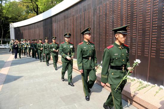 官兵們瞻仰革命英雄紀念碑和烈士墓。  溫州武警供圖
