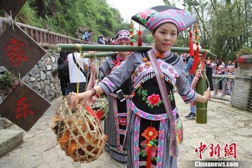 """广西壮族村落""""三月三"""" 展传统民俗引客"""