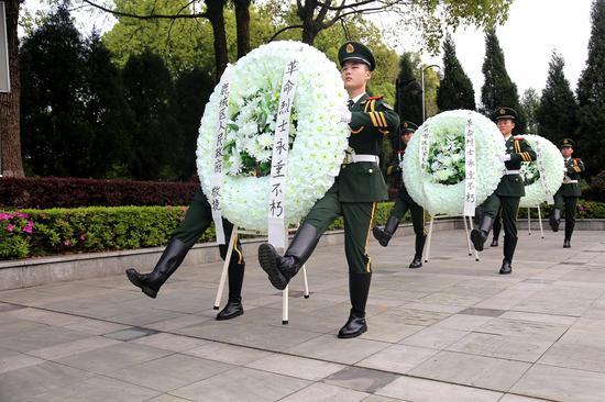武警官兵們向革命先烈獻上花圈。  溫州武警供圖