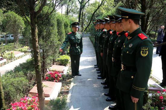 在曹福平烈士碑前,班長為大家講述先烈的故事。  溫州武警供圖