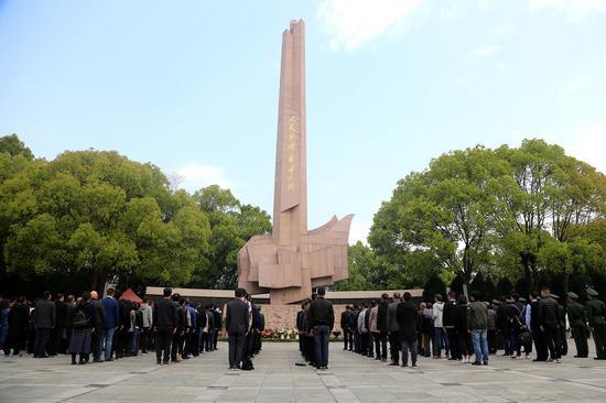 溫州武警在翠微山烈士陵園開展祭掃和愛國主義教育活動。  溫州武警供圖