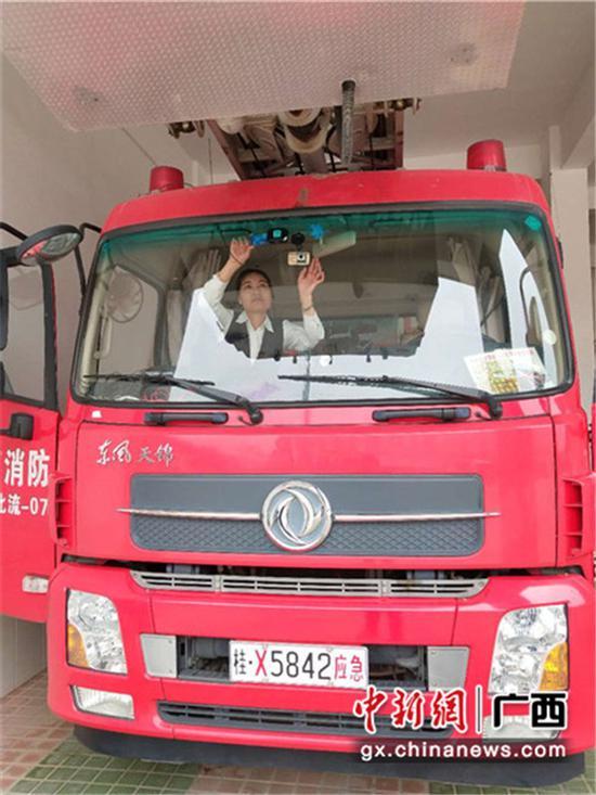 郵儲銀行工作人員在安裝ETC