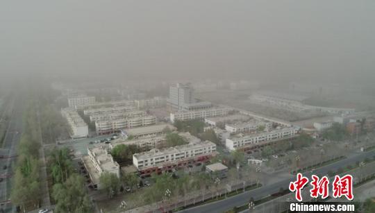 7日傍晚沙尘暴来袭时阿拉尔市的景象。 杜新民 摄