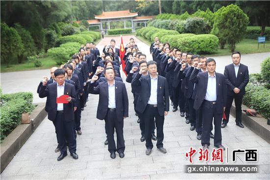 邮储银行梧州市分行党员重温入党誓词。