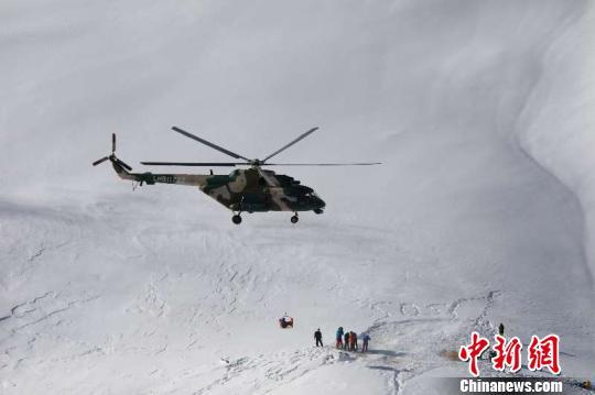 新疆軍區某陸航旅高海拔緊急救援10名因雪崩被困人員