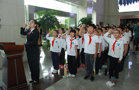 学生向宪法宣誓。上法 供图
