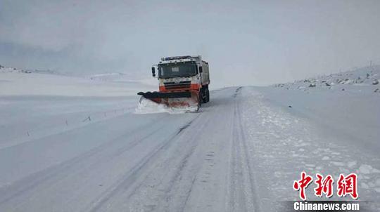 """新疆巴仑台""""公路人""""抗击大雾风交雪 全力保障道路通行"""