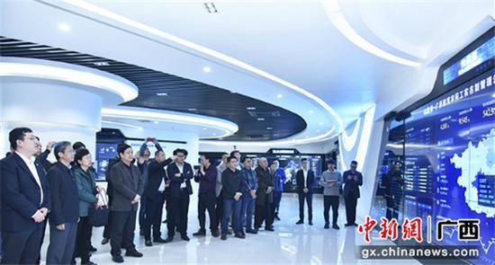 全体与会人员在中国—东盟信息港股份有限公司实地观摩广西实施建筑工人实名制管理工作。
