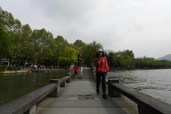 图图为?#27827;?#23458;在阴天游西湖。王刚 摄