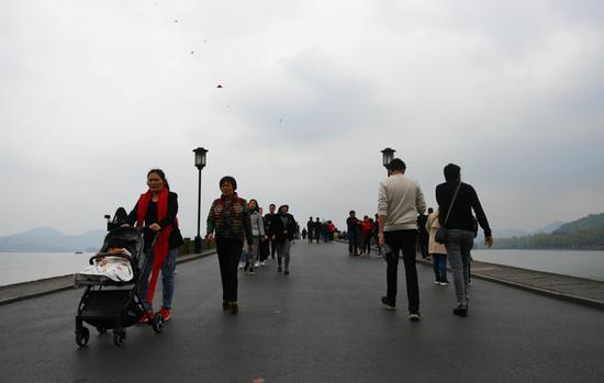 图为:西湖断桥上空乌云漫天。王刚 摄