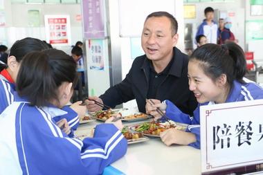 沙湾县推行教师陪餐制 温情中有态度