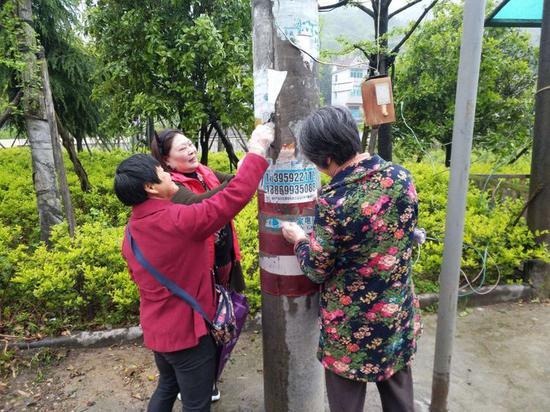 竹马乡志愿者清除牛皮癣。婺城提供