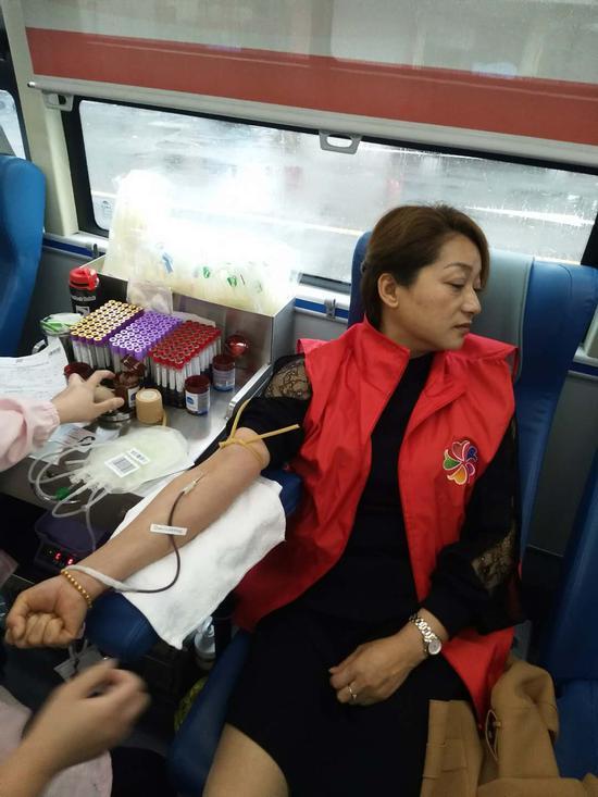 志愿者正在参加献血活动。腾蛟镇供图