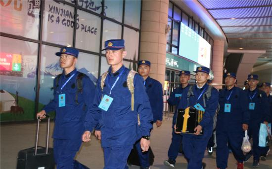 4月11日,新疆森林消防总队新入职消防员有序出站。艾克热木·依克拉木 摄