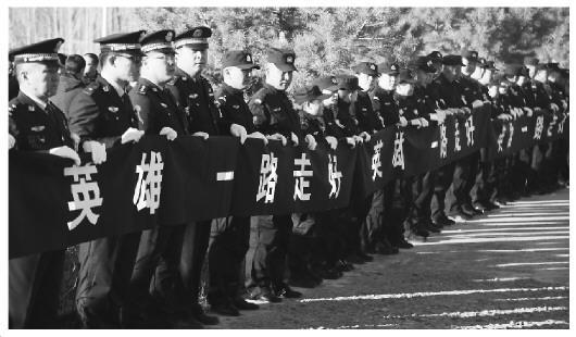 图为广大干部群众在道路两旁列队为邹伟送行。 (图片由额敏县公安局提供)
