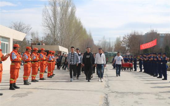 4月11日,新疆森林消防总队指战员夹道欢迎新队友。艾克热木·依克拉木摄