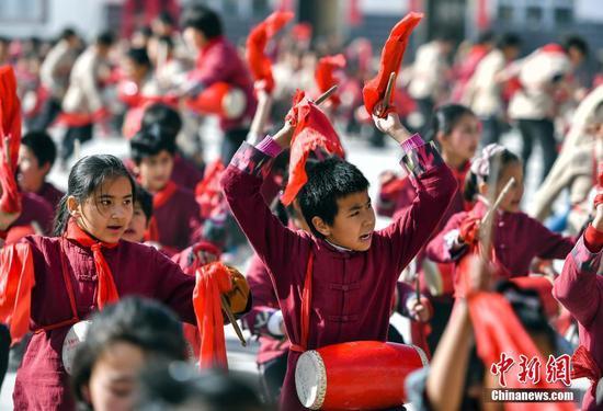 新疆南部鄉間小學生打起安塞腰鼓