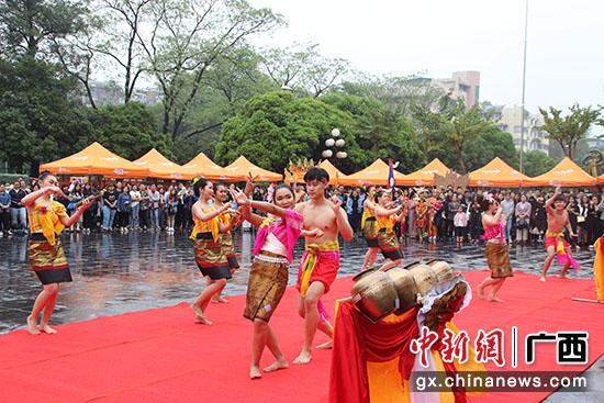 图为泰国学生表演传统舞蹈。