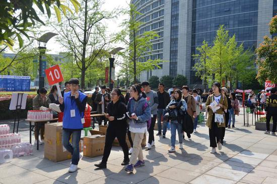 當天,浙商大游覽志愿者,帶領考生家長參觀整個校園。  校方提供