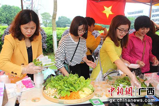 图为越南学生精心准备美食。