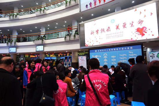 圖為:臺州市中心醫院腫瘤防治周義診活動現場。李婧攝