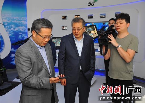 彭晓春同志一行参观广西移动信息化展示厅。
