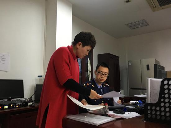 图为杭州拱墅市场监管局工作人员与企业人员沟通。  拱墅市场监管局 供图