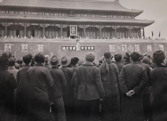 图为:1949年2月9日,庆祝北平解放大会上,听北平市长叶剑英?#19981;?#30340;民众。(翻拍) 王刚 摄