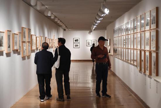图为:多位市民观看老照片展览。 王刚 摄