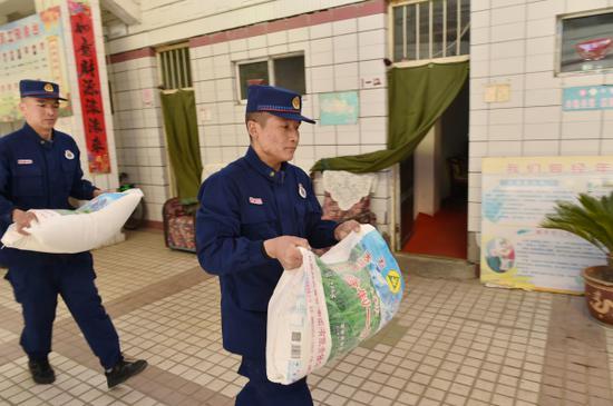 新疆昌吉消防指戰員收到的愛心禮物都轉贈給了他們