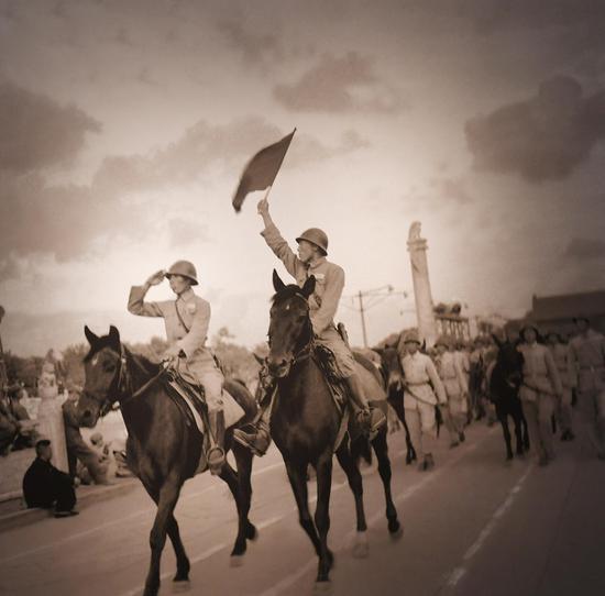 图为:1949年10月1日,骑兵部队通过天安门城楼接受检阅。(翻拍) 王刚 摄