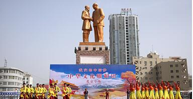 4月15日,北京演艺集团的艺术家们来到新疆和田为当地百姓送上精彩节目。许珠珠 摄
