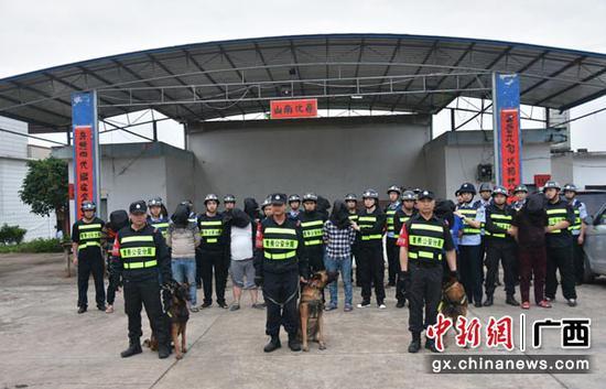 南寧市青秀警方出動大批警力抓捕黑惡勢力團伙。警方供圖