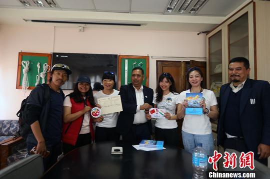 中国民间女子珠峰登山队从尼泊尔侧南向珠峰进发
