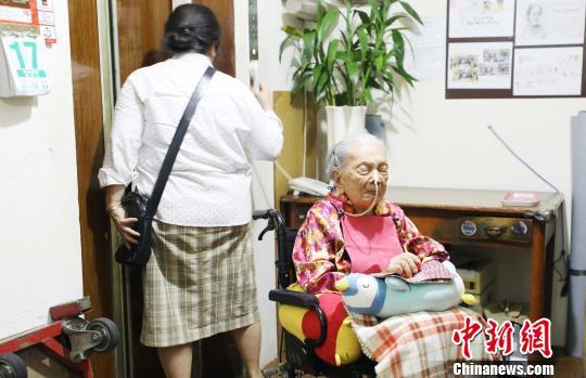 105岁华人大妈参加印尼大选投票(图)