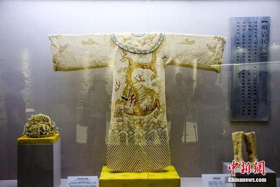 仿制明朝皇帝龙袍亮相广西 镶嵌50000颗珍珠尽显奢华