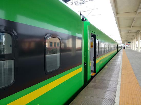 """""""绿宝宝""""列车车身底色采用了国槐绿的配色,色带也?#22363;?#20102;黄色的色带。斯多林摄"""