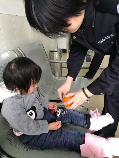 小女孩脚上绑着的粉毛巾。秀洲公安摄