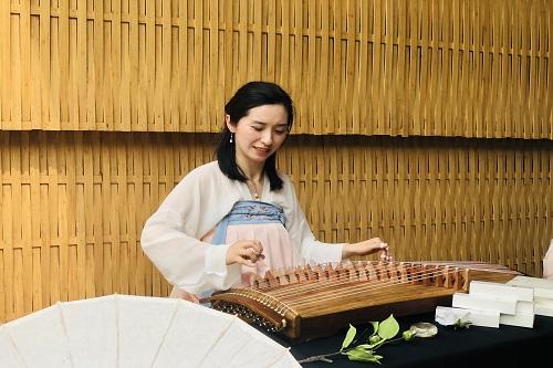 表演者现场弹奏古筝。主办方供图