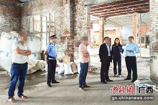 图为执行人员在石料加工厂内。