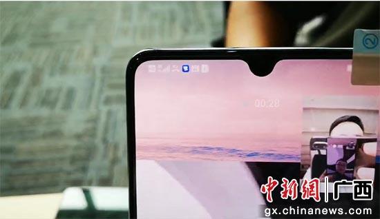 广西移动打通全区第一个跨省5G电话,图为工作人员正在进行视频通话。