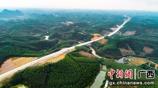 图为建设中的贵港至隆安高速公路