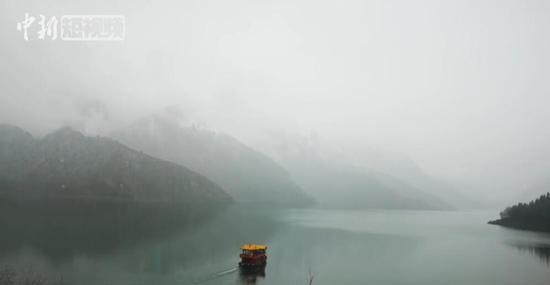 天山天池四月春雪:一副自然水墨画