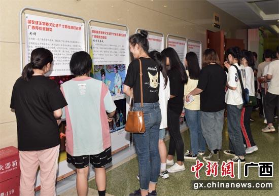 图为观众参观戏曲摄影展览。
